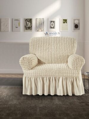 Copripoltrona elastizzato universale di colore bianco panna con braccioli del marchio Angel's Collection